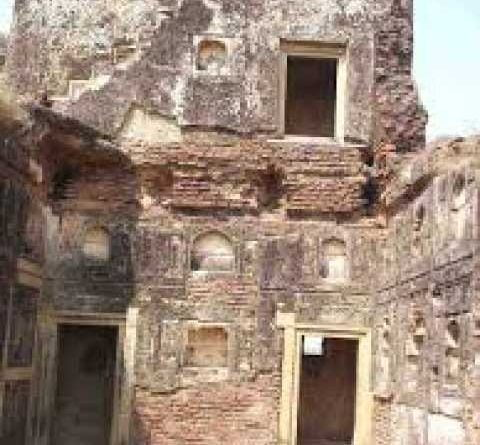People going inside this fort eat phantom, people avoiding going in the daylight
