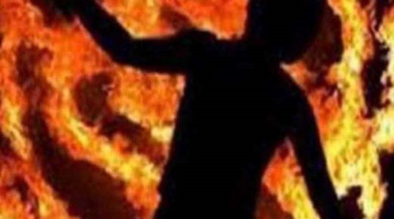 प्रेमी युवक को पेड़ से बांधकर जिंदा जलाया