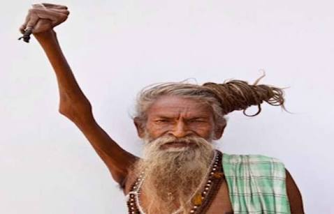 This monk has done his hand for the whole 45 years in this way in which there is no effect of gravity also, know how