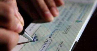 यदि मेरा हस्ताक्षर किया हुआ खाली बैंक चेक किसी अनजान व्यक्ति के हाथ लगता है और वह मेरे बैंक खाते से पैसे निकालता है तो ऐसी स्थिति में मुझे क्या करना चाहिए?