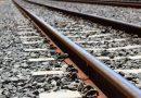 रेल की पटरियों के इर्द-गिर्द नुकीले पत्थर क्यों पड़े होते हैं?