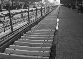 रेलगाड़ी की पटरी में कौन से पेड़ की लकड़ी के रेलवे स्लीपर प्रयोग होते हैं?