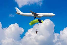 हवाई जहाज़ में हेडलाइट्स क्यों लगी होती हैं, जबकि न तो आसमान में ट्रैफिक होता है और हवाई जहाज़ का राडार सब पकड़ लेता है? जानिए कारण