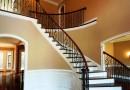 क्या मकान के मुख्य दरवाजे के सामने ही सीढियाँ होने से वास्तु दोष है? जानिए